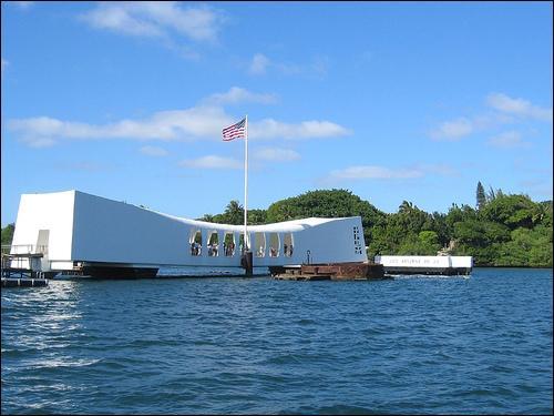 Sur quel cuirassé coulé pendant l'attaque (Il continue d'ailleurs de perdre un peu de carburant, quasiment 70 ans après) a été construit le mémorial de Pearl Harbor ?