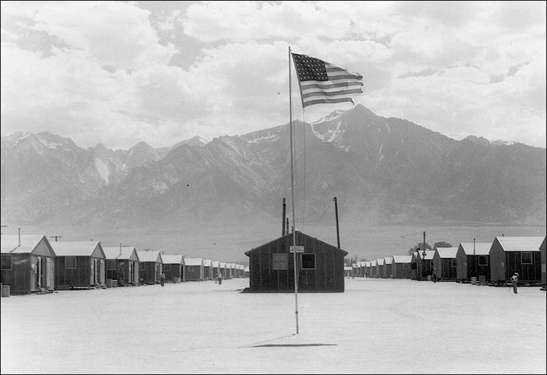 Dans ce contexte, suite à l'attaque, combien de japonais et de citoyens américains d'origine japonaise furent rassemblés et surveillés dans des camps d'internement aux Etats-Unis ?