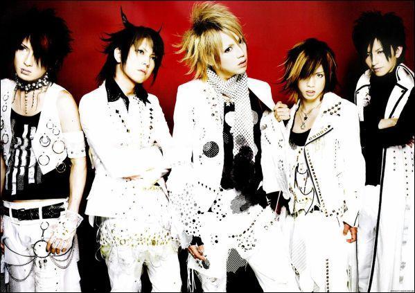 Quel est le nom de ce groupe dont le chanteur s'appelle Shou ?