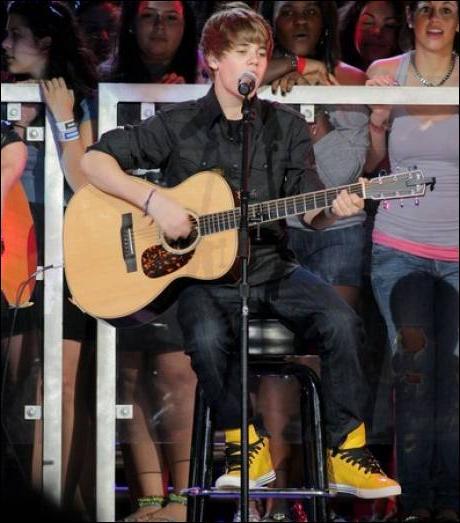 Justin est-il droitier ou gaucher ?