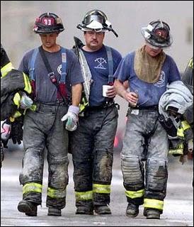Combien de pompiers perdirent la vie lors de l'effondrement des tours jumelles ?