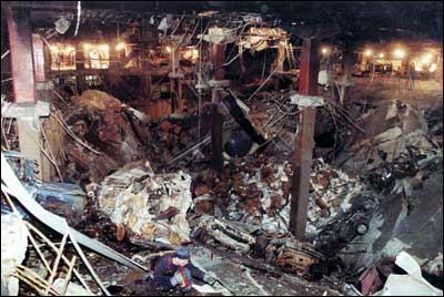 C'est le deuxième attentat perpétré sur le complexe WTC. Le premier l'attentat à la bombe dans le parking souterrain, fit six morts et plus d'un millier de blessés le
