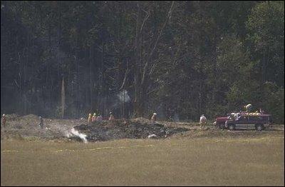 Le vol 93 United Airlines, détourné de sa destination et finalement dévié par quelques passagers qui décidèrent de s'attaquer aux pirates, s'écrase à Shanksville en Pennsylvanie, faisant