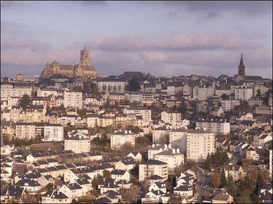 La fameuse cathédrale de granit rose domine cette préfecture :