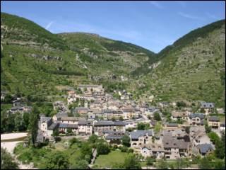 Classé parmi les plus beaux villages de France, au fond des gorges du Tarn, entre la Causse méjan et le Causse de Sauveterre :