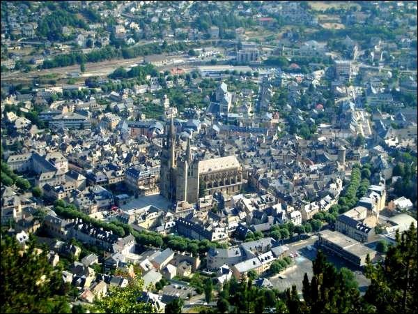 Sa cathédrale est magnifique, préfecture aux toits d'ardoise :