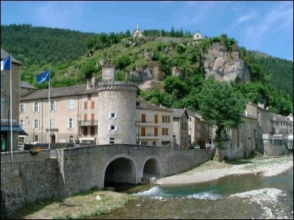 Son nom signifie : 'au milieu des rivières', magnifique village au pied au causse Méjan :