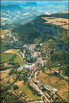 Village situé sur un éperon rocheux (d'où son nom). Très connu pour ses caves d'affinage d'un célèbre fromage :