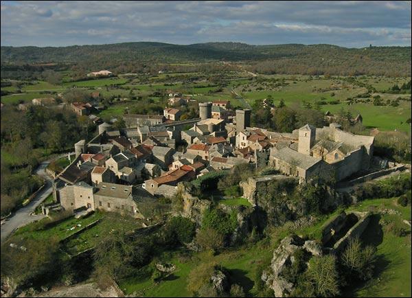 Ce village conserve ses remparts édifiés par les Templiers, au sud du Larzac :