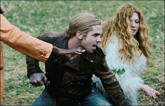 Que fait tomber Bella, à la cantine ?