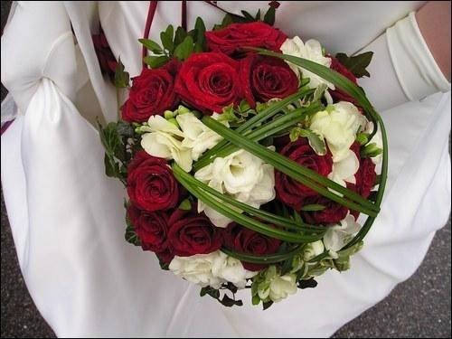 Selon une tradition ancienne, le bouquet était cousu avec des :
