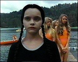 Comment se nomme le camp de vacances où sont envoyé Mercredi et Pugsley dans Les valeurs de la famille Addams ?
