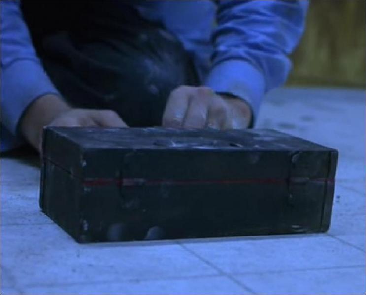 Qu'y a-t-il dans la boîte trouvée dans le mur ?