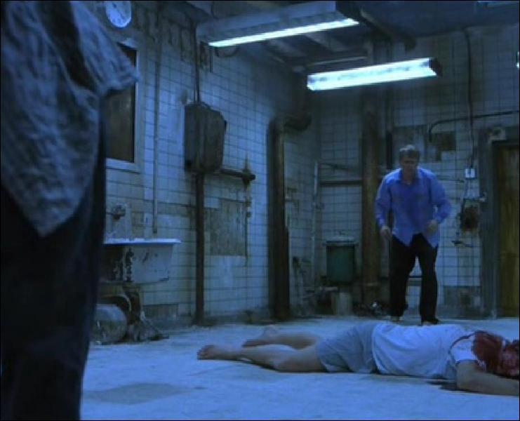 Comment semble être mort l'homme au milieu de la pièce ?