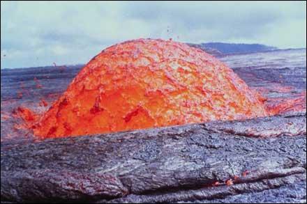 Combien de volcans entrent en éruption chaque année approximativement ?