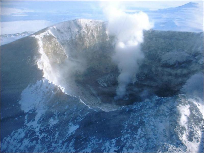 Le mont Erebus est l'un des volcans les plus connus du pôle Sud. A quoi doit-il sa triste notoriété ?