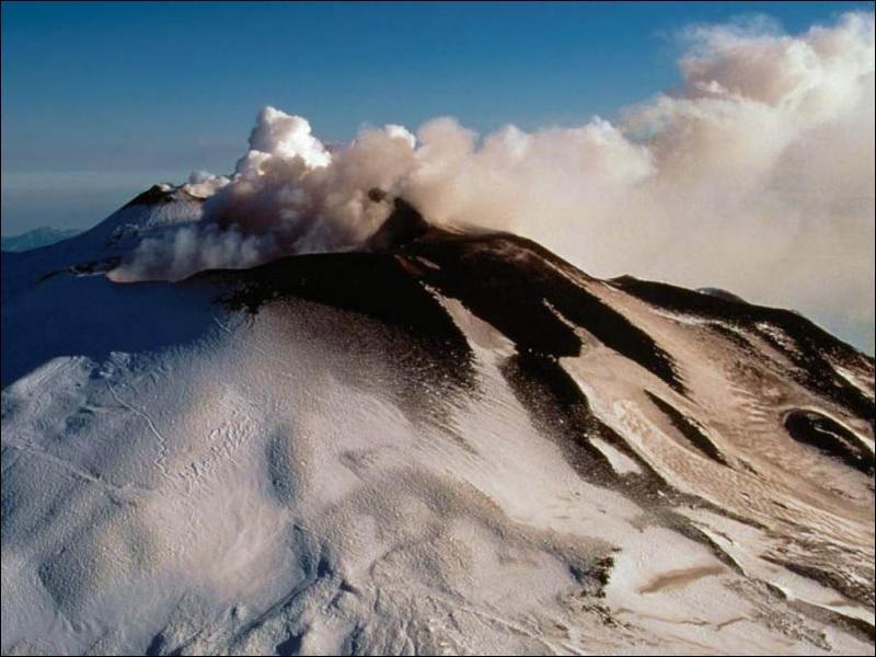 L'Etna est le volcan le plus haut d'Europe. A quelle altitude culmine-t-il ?