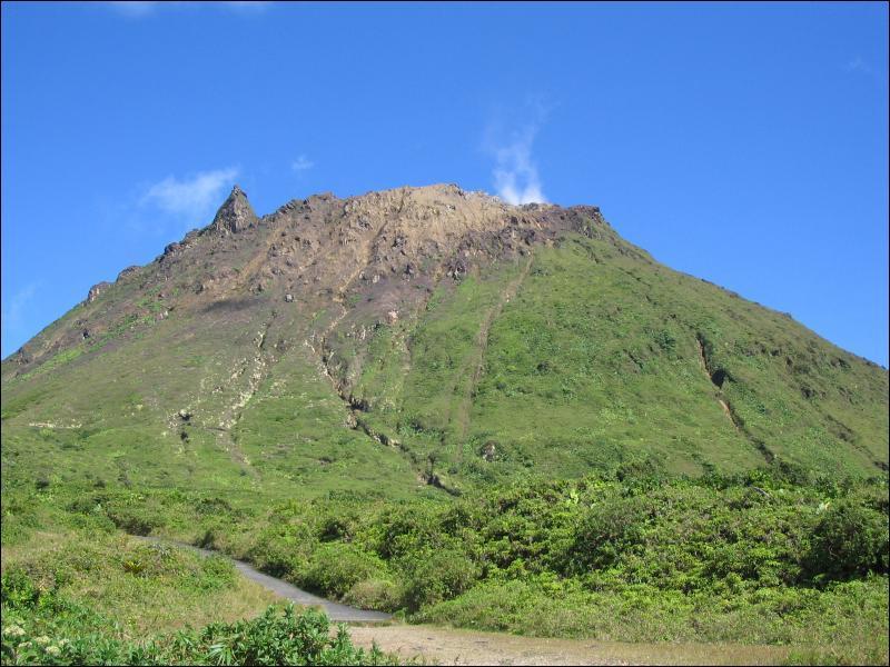 Quel est le surnom de la Soufrière, célèbre volcan situé en Guadeloupe ?