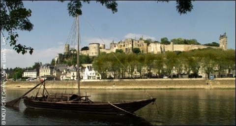 Château du Val de Loire, sa forteresse royale surplombe la ville. C'est là qu'a eut lieu la rencontre historique de Jeanne d'Arc et du Dauphin, futur Charles VII :