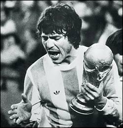 Quel est ce capitaine albiceleste qui permis à son équipe de remporter chez elle sa 1ère coupe du monde, en 1978 ?