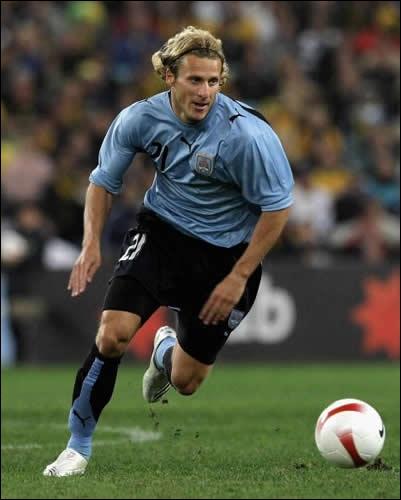 Uruguayen qui fut la révélation de la coupe du monde 2010 en Afrique du Sud, c'est ?