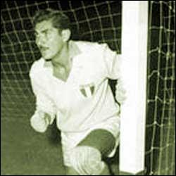 Avec Matthaüs (1982 à 98), il fut le seul à disputer cinq coupes du monde (1950 à 66), c'est ?