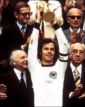 En quelle année Beckenbauer brandit-il la coupe du monde chez lui, à Munich ?