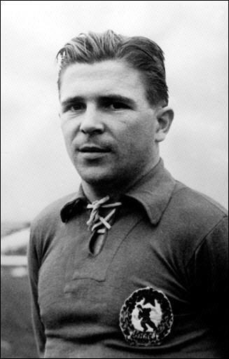 Quel est ce magyar au maillot grenat, magicien de la balle et grande vedette de l'édition suisse de 1954 ?