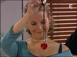 Qui offre ce collier à Ninon ?