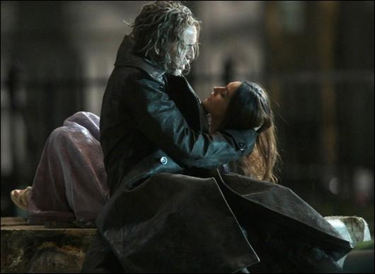 Quel objet Blake voulait-il offrir à Veronica le jour où elle a été enfermée dans le même objet que Morgane ?