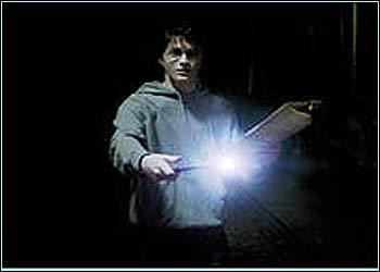 La lumière est encore trop faible, aide Harry avec ta baguette , mais comment ?