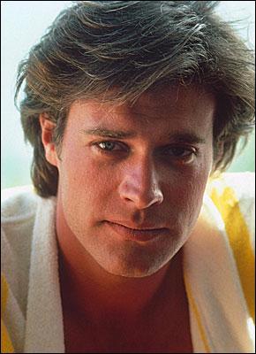 Dans quelle série John James tenait-il le rôle de Jeff Colby ?