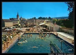 Qu'est ce qui est écrit au fond des piscines belges ?