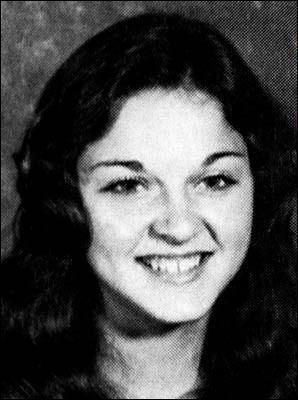 Elle pose pour la photo de son lycée. Qui est-ce ?
