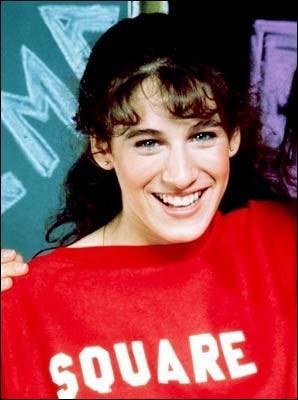 Elle habillée comme dans la série télévisée « Square Pegs ». Qui est-ce ?