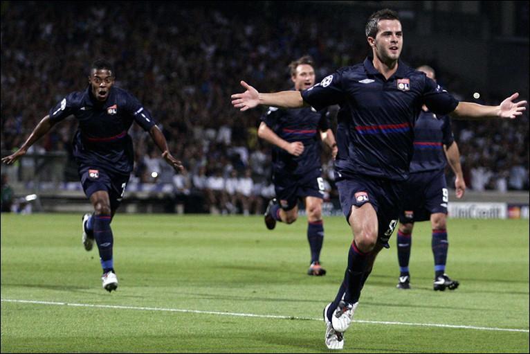 Lequel de ces trois clubs ne se trouve pas dans le groupe de l'Olympique Lyonnais ?