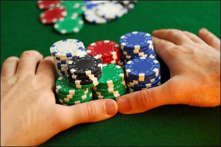 Comment nomme-t-on le support sur lequel se déroule une partie de poker ?