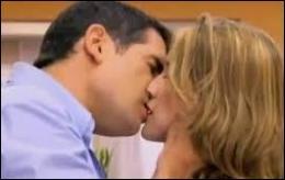 Quels sont les noms de famille des acteurs qui s'embrassent ?