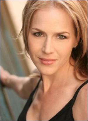 Julie Benz joue Rita Bennett. Elle a aussi joué dans :