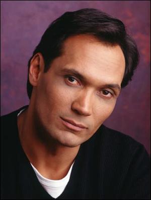 Jimmy Smits tient le rôle de Miguel Prado. Sur grand écran, il a échangé son corps avec Ellen Barkin dans :