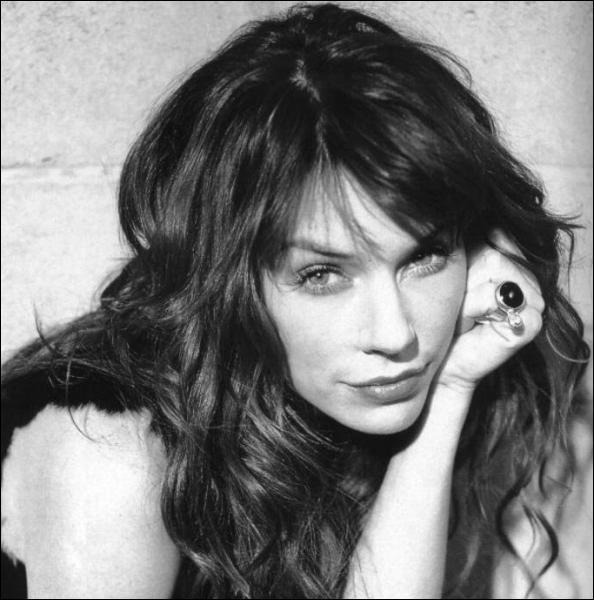 Est surtout connue pour avoir repris le rôle mythique d'Emmanuelle à la télé :