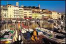 Face aux iles de Lerins, on est charmé par le vieux port, on longe le Palais des Festivals, et si l'on en a les moyens, on peut dormir au Carlton :