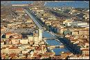 Ville de l'Hérault, on profitera de son immense plage bordée de dunes, avant de déguster, sur le port, sa rouille de seiche, ses tielles, et ses zézettes.
