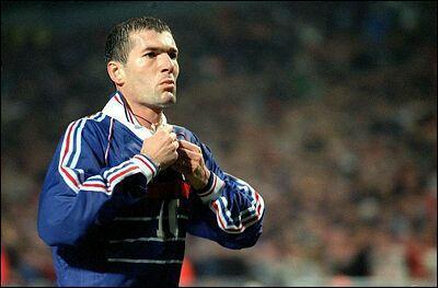 17 août 1994, débuts de Zidane en équipe de France. Face à la République Tchèque, il remplace Martins et inscrit 2 buts qui permettent aux bleus d'arracher le nul. Comment marque t-il ?