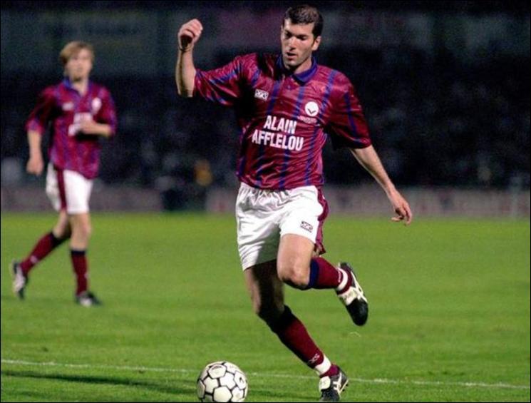 Zidane scora 39 fois sous le maillot bordelais. En huitièmes de finale retour de la coupe UEFA 95/96, face à Séville, il marque d'un lob de 45 mètres. Un lob...