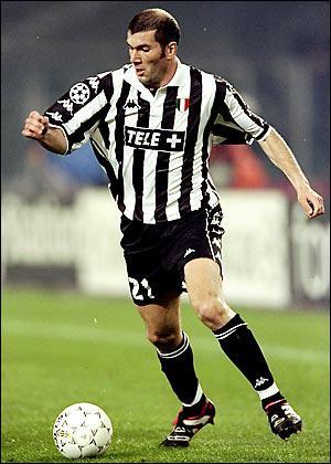 Il part ensuite exercer ses talents en Italie, à la Juventus Turin. En 5 saisons, il y inscrit 31 buts, dont le plus beau est peut-être celui contre Bari lors de la saison 99/2000. Zidane a marqué...