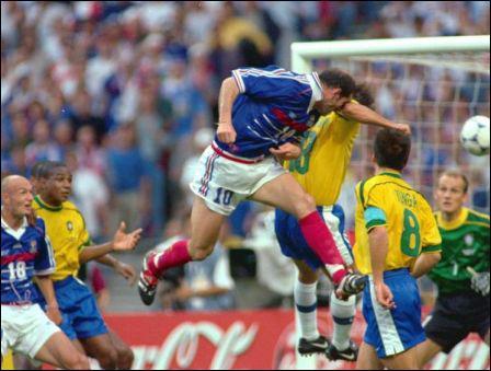 Un certain 12 juillet 98, Zidane inscrit un doublé face au Brésil qui fit beaucoup pour sa popularité. Un doublé de la tête, sur deux corners tirés par...