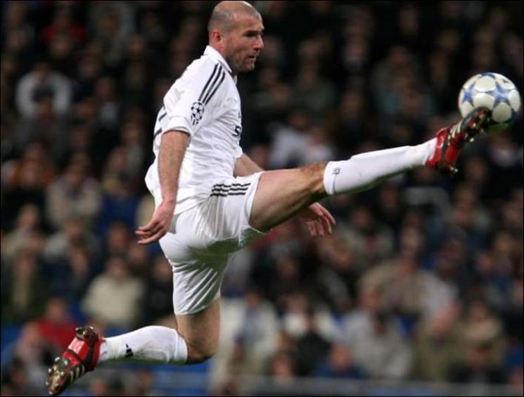 Toujours lors de la saison 2001/2002, Zidane marqua contre la Corogne un but qui séduisit définitivement les socios du Real. Petit festival dans la surface, puis frappe surpuissante. C'était...