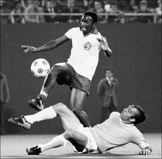 Sans doute le meilleur joueur sud-africain de l'histoire, qui eu le malheur d'être noir durant l'Apartheid. Très investi dans le foot sud-africain, il coacha la sélection lors du Mondial 2002 :