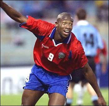 Attaquant costaricien, révélé à Derby County lors d'un match face à Manchester lors duquel il inscrivit un but phénoménal, c'est une véritable star dans son pays...